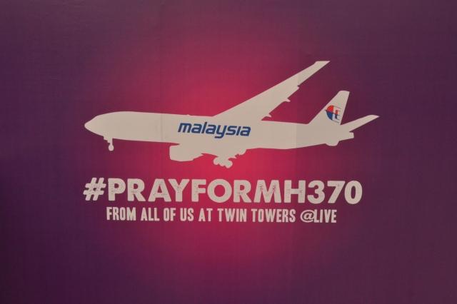 Panel kampanye #PRAYFORMH370 di depan Suria KLCC. Foto diambil lima hari setelah MH 370 menghilang dari peredaran.